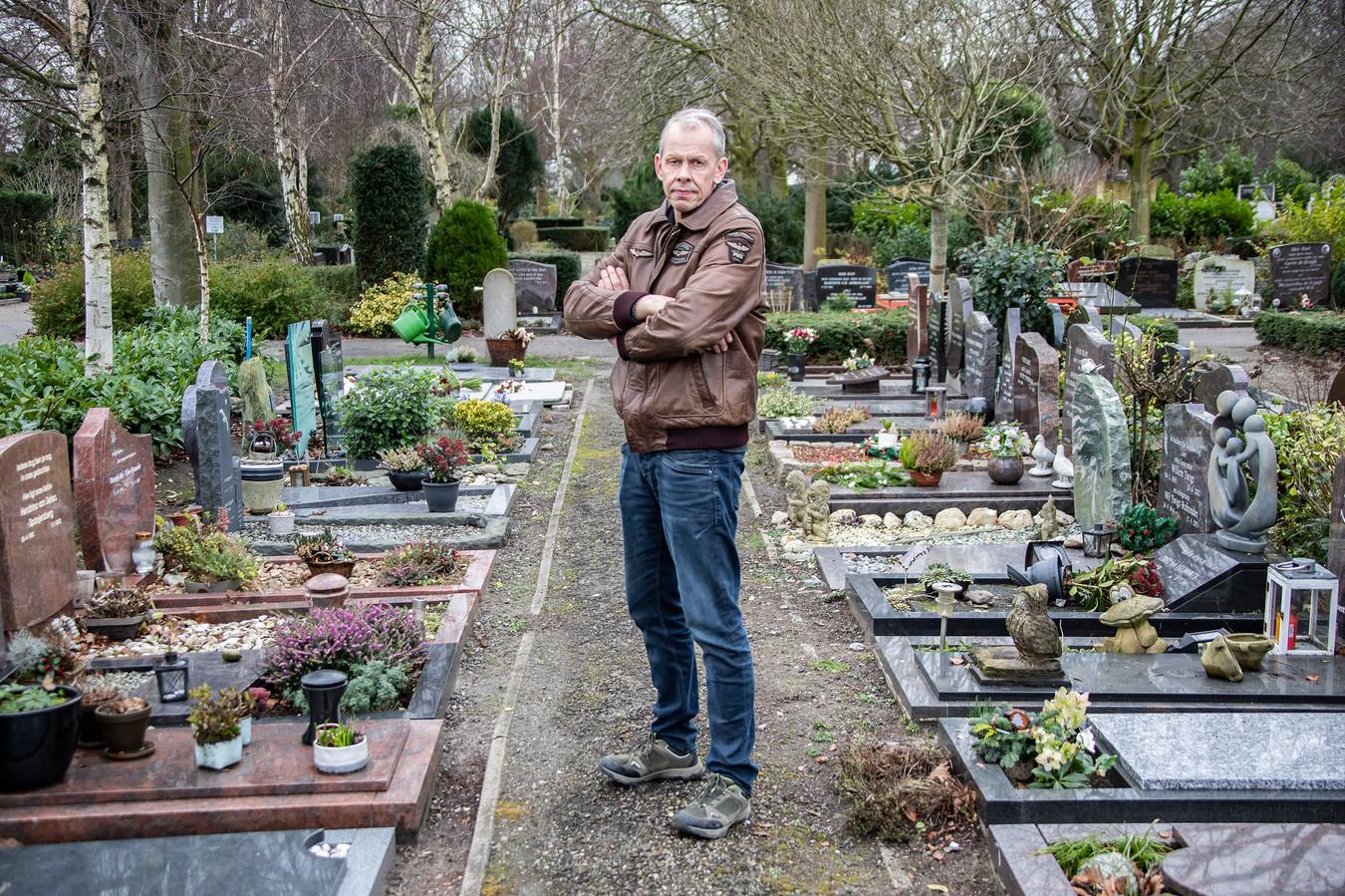 Rene Nederpelt op een slecht onderhouden pad op de begraafplaats in Naaldwijk.
