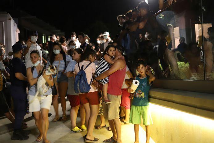 La gente espera ser evacuada en bote después de que los incendios forestales azotaran la central eléctrica de Kemerkoy, una central eléctrica de carbón, en Milas, suroeste de Turquía, el miércoles 4 de agosto de 2021.