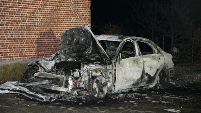 Wagen volledig uitgebrand in Sint-Lenaarts: mogelijk brandstichting