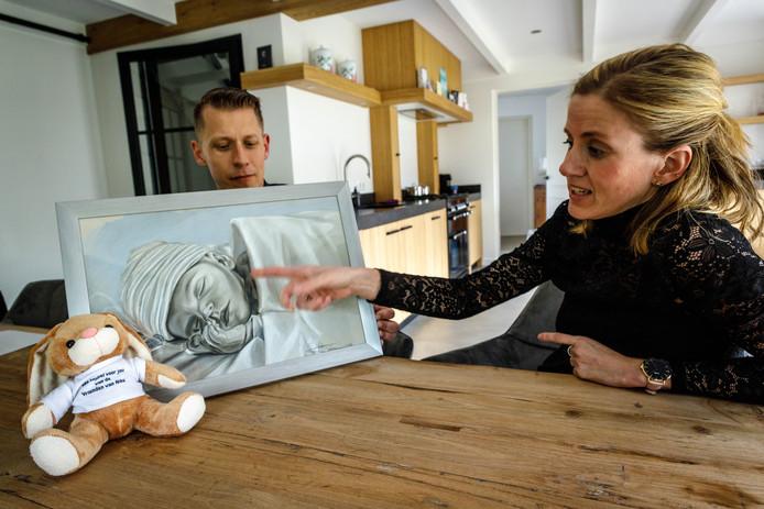 Dennis en Ellen Boes uit Steenwijkerland zamelen, gesteund door hun vriendengroep, geld in voor het Ronald McDonaldhuis in Leiden nadat pasgeboren dochtertje Nika daar door een hartstoornis is overleden. Bovendien willen ze zoveel mogelijk kindjes die in een ziekenhuis verblijven een knuffel geven. 'Ter troost'.