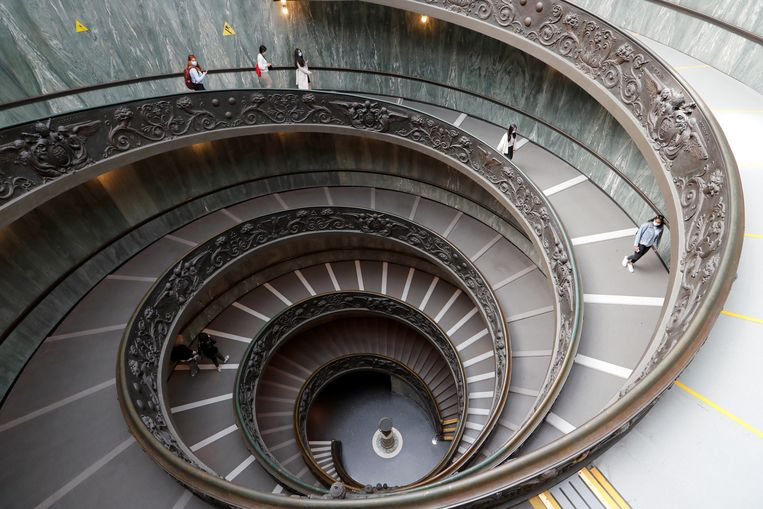 Wekenlang waren ze gesloten, maar sinds gisteren zijn de Vaticaanmusea weer open voor het publiek. Reserveren kan alleen online en op het aantal bezoekers staat een maximum. De sluiting op 15 maart was de derde na de uitbraak van de pandemie, begin 2020.  Beeld REUTERS