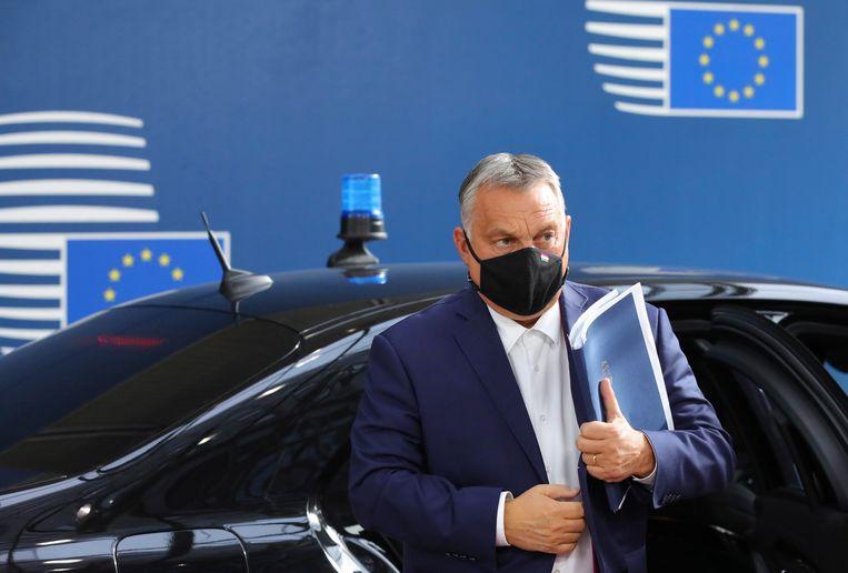 Premier Viktor Orban arriveert bij het EU-gebouw in Brussel.  Beeld Olivier Matthys/AP