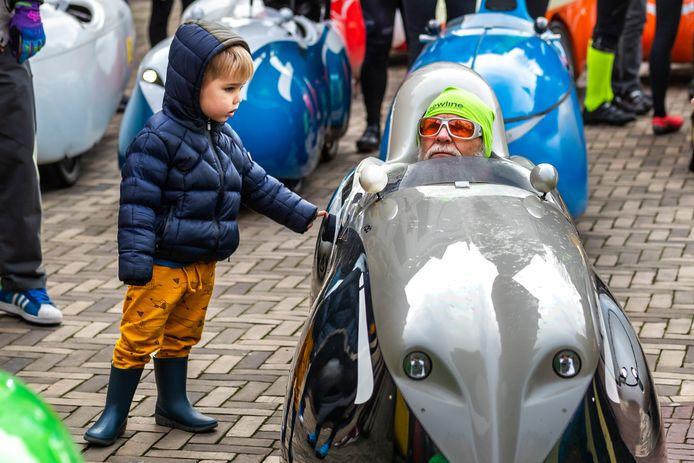 De Oliebollentocht van de ligfietsvereniging NVHPV op het Domplein