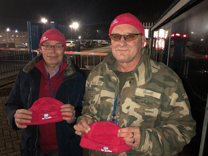 Jan van de Broek en Hendrik van Dalen voerden een jaar geleden actie bij de poort van Sabic in Bergen op Zoom voor een betere cao.