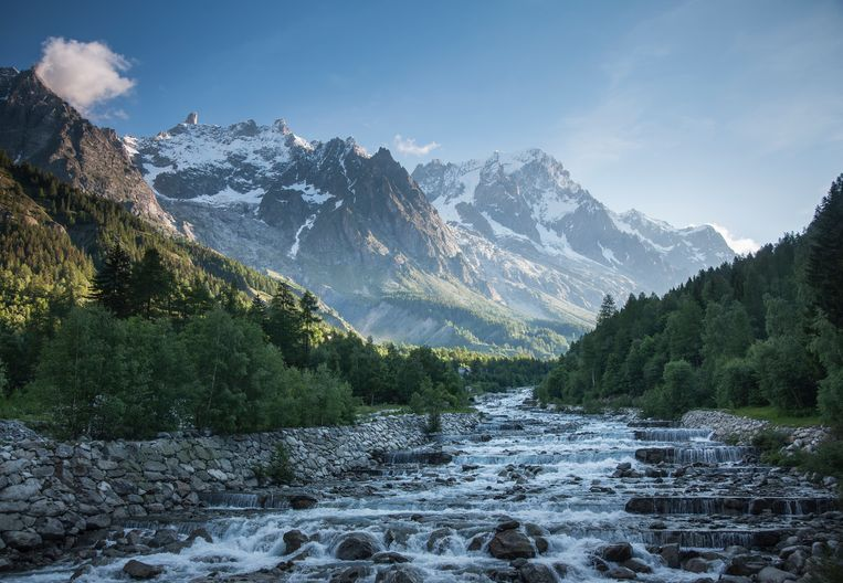 Bossen, de Mont Blanc en een rivier. Beeld Getty Images/Tetra images RF