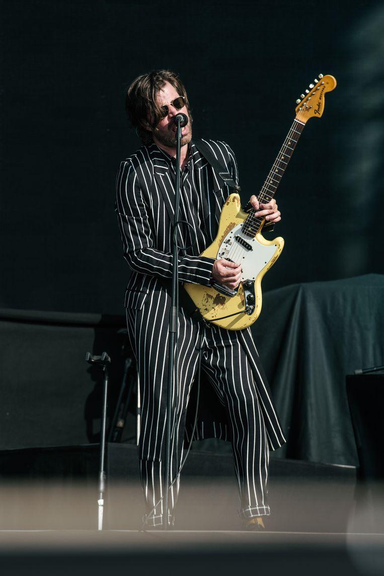 Wanneer hij op het podium staat als steunbeer van Balthazar is dat zelden zonder gitaar, maar op Pukkelpop zocht Deprez zijn snaren pas op als het echt niet anders kon. Beeld Damon De Backer