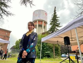 """500 vierkante meter doek vol bloemen fleurt Watertoren Bloemekenswijk op: """"Landmark voor de bewoners"""""""