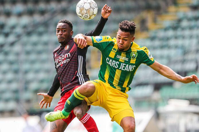 Milan van Ewijk in duel met Feyenoorder Ridgeciano Haps. Van Ewijk tekent voor vier seizoenen bij SC Heerenveen.