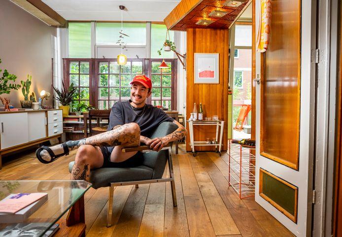 Jonathan Sipkema (28) woont sinds januari in de Hondiusstraat in de Rotterdamse buurt Middelland, in het huis waar vijftig jaar een timmerman woonde.