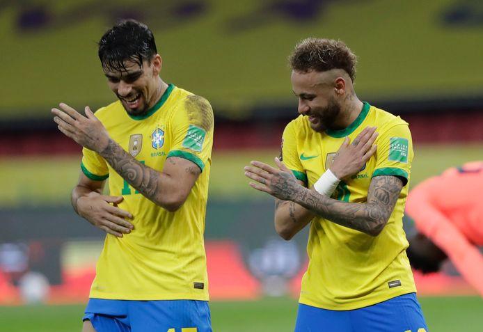 Neymar (rechts) en Lucas Paquetá vieren de tweede goal van Brazilië tegen Ecuador, nadat de aanvaller van Paris Saint-Germain kort voor tijd in twee pogingen uit een strafschop heeft gescoord.