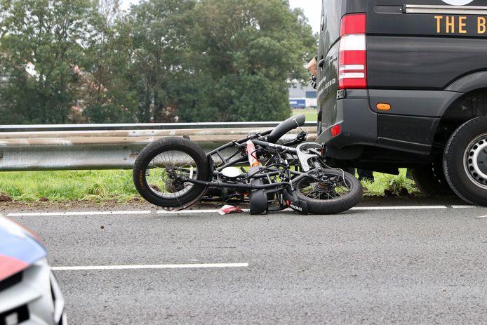 Op het oog lijkt hier een motor klem te liggen onder een bus. In werkelijkheid waren het fietsen die verloren waren.