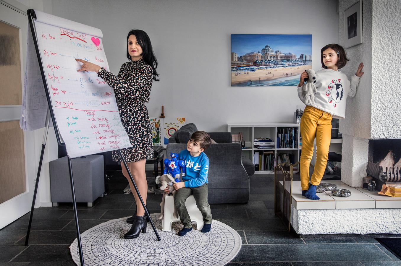 Steliana van de Rijt geeft haar kinderen Thomas en Kara les met een flipover.