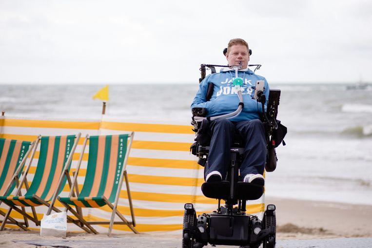 Ken (37) belandde als turnleraar met zijn nek op de stalen rand van een trampoline waardoor hij van zijn tenen tot aan zijn kin verlamd is geraakt. Beeld VRT - Sofie Gheysens