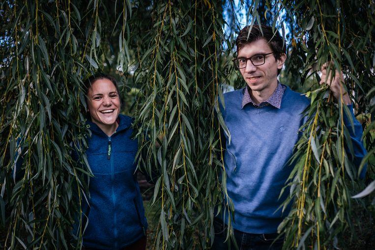 Hannelore Penez (31) en Xavier Ganton (30) werden geboren met mucoviscidose. Dokters voorspelden een levensverwachting van maximaal 18 jaar. Maar kijk: nu werken ze, net zoals vele leeftijdsgenoten, volop aan hun toekomst.  Beeld Wouter Van Vooren