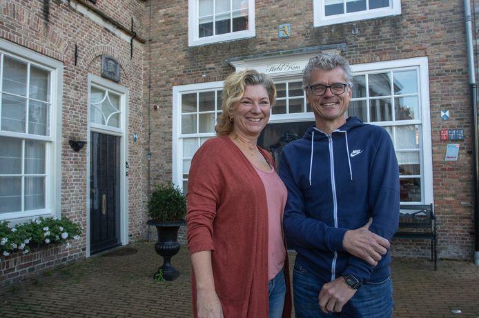 Kyra Bijlstra en Marijn van Son voor hun hotel in Sint-Maartensdijk.
