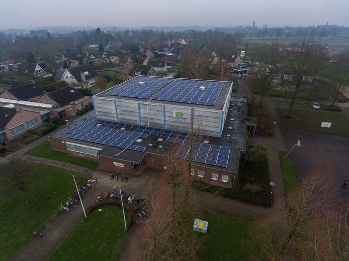 Sporthal De Kubus in Oudheusden, waar sinds een paar jaar zo'n 250 zonnepanelen liggen, een initiatief van Energiek Heusden.