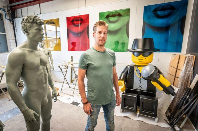 Remon van Zoggel heeft van lego een levensgrote André Hazes gemaakt. Die staat vanaf vanochtend op De Dam in Amsterdam.