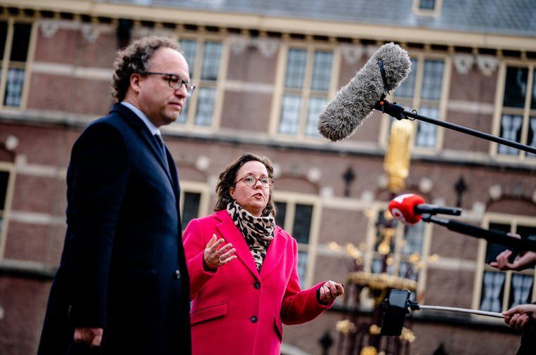 De nieuwe verkenners Tamara van Ark (VVD) en Wouter Koolmees (D66) staan de pers te woord op het Binnenhof. Beeld Hollandse Hoogte /  ANP