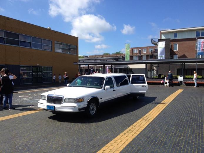 Met deze grote limousine werd burgemeester Jetty Eugster opgehaald om de verkeersdag in Schijndel te openen.