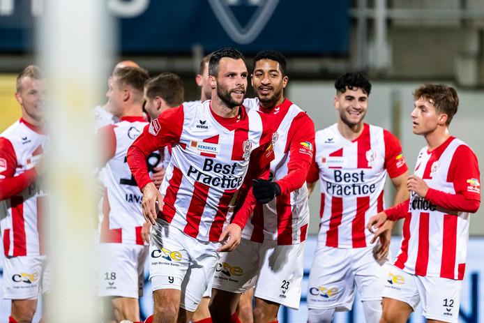 Koen van der Biezen viert zijn eerste goal voor TOP Oss. Na aangever Bryan Smeets bedankt te hebben, snelt hij naar de reservebank.