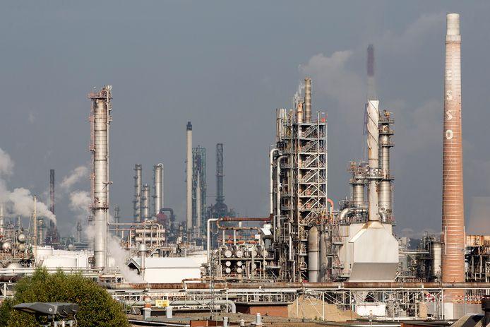 De olieraffinaderij van ExxonMobil in Antwerpen. Archiefbeeld.