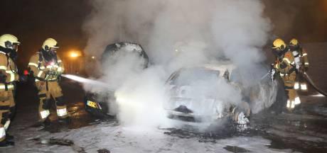 Auto gestript en in brand gestoken in Rosmalen, vlammen overgeslagen naar andere auto