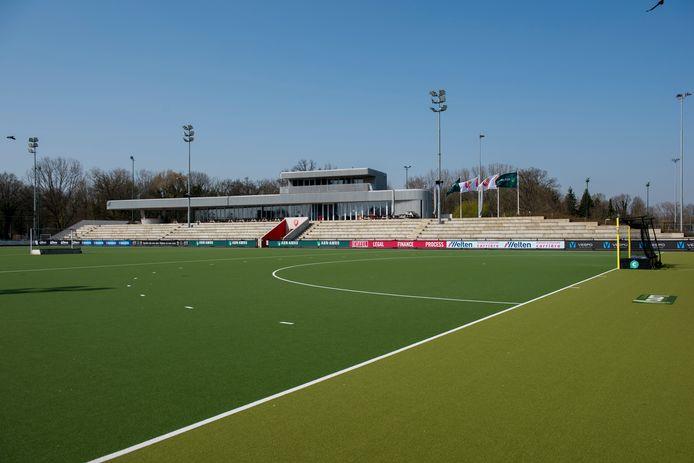 Normaal gesproken is het op zaterdag en zondag bomvol op het sportpark van Oranje-Rood. Nu is het angstvallig leeg.