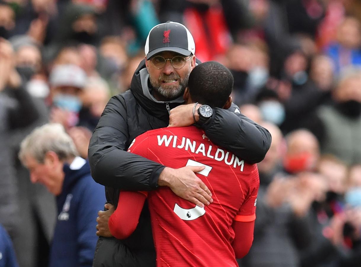 Een innig omhelzing tussen Liverpool-trainer Jürgen Klopp en Georginio Wijnaldum.