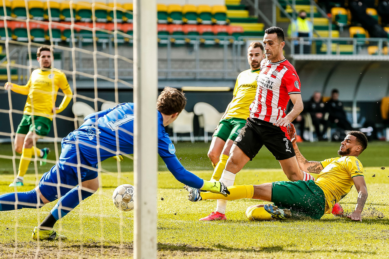 Eran Zahavi maakt de 1-0 in Sittard, het 60.000ste doelpunt in de eredivisie.