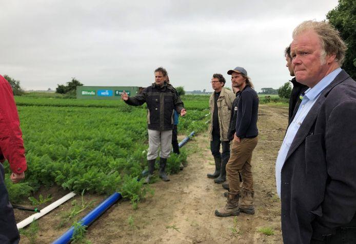 Francois de Putter (midden) geeft tijdens een excursie uitleg over het druppel-irrigatiesysteem.