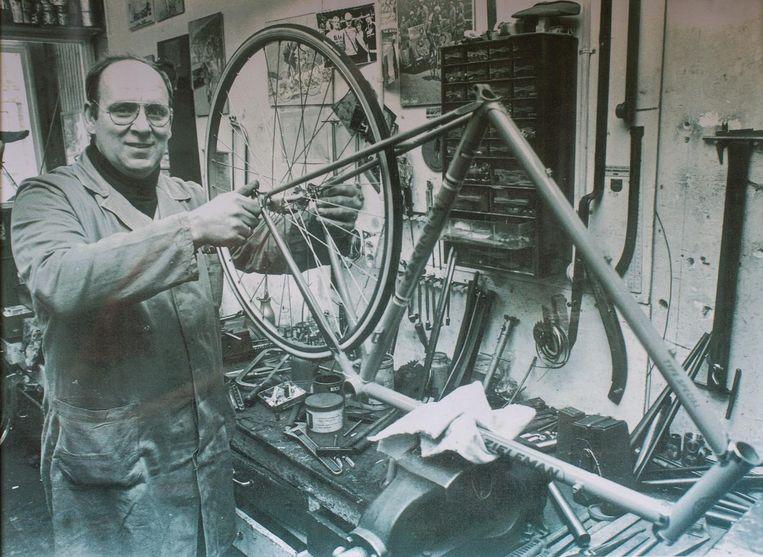 Ko Zieleman in de werkplaats, in de jaren zeventig. Beeld Privéarchief