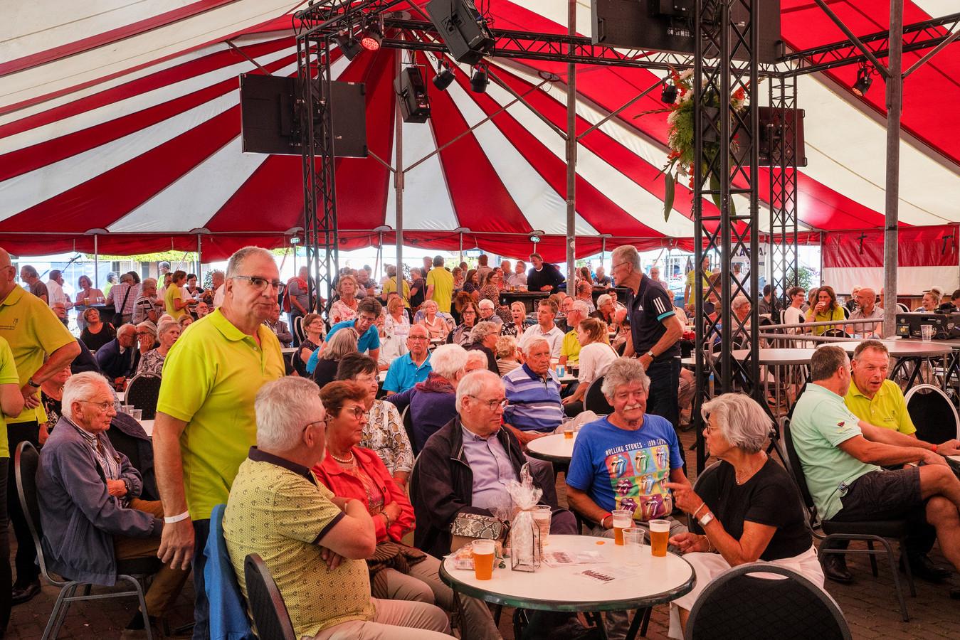 In een grote tent op de Plaatse vond dit weekend een muziekfeest plaats ter ere van 100 jaar gemeente Veldhoven.