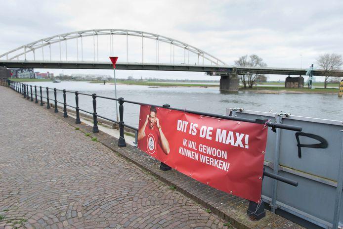Tijdens Pasen hingen er meerdere spandoeken tegen het 'motorlawaai' langs de IJssel.