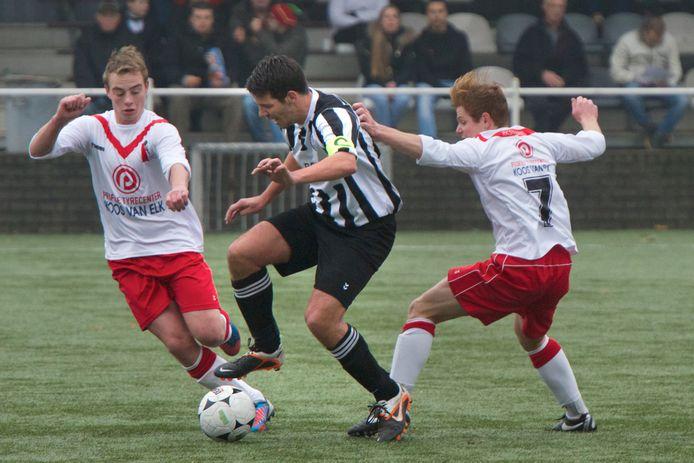 Twan Beijer (links) in een wedstrijd met RKSV Driel tegen Eldenia, in 2013.