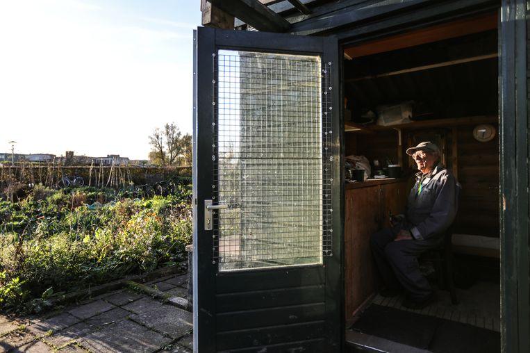 Ad van Arkel in het huisje van zijn moestuin van de Amstelhof. Beeld Eva Plevier