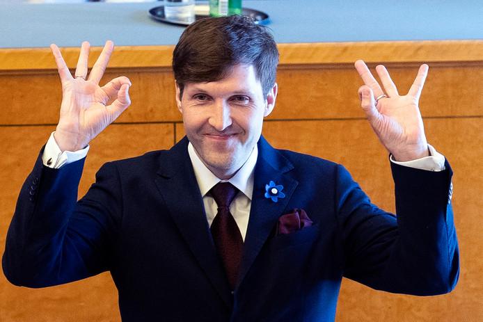 De nieuwe minister van Financiën Martin Helme van Estland maakte maandag bij de presentatie van de nieuwe regering het omstreden handgebaar 'WP'; 'blanken aan de macht'