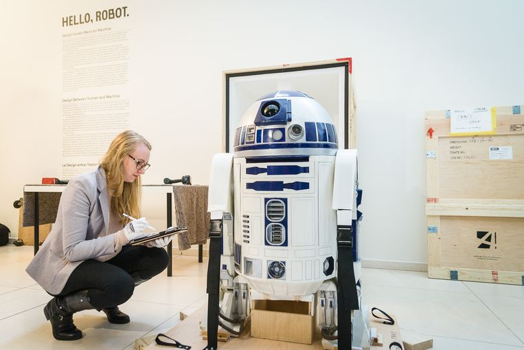 Onder grote belangstelling en met veel voorzichtigheid werd R2-D2 afgelopen week uitgepakt in het Design Museum van Gent, voor de tentoonstelling 'Hello Robot'.  Beeld James Arthur