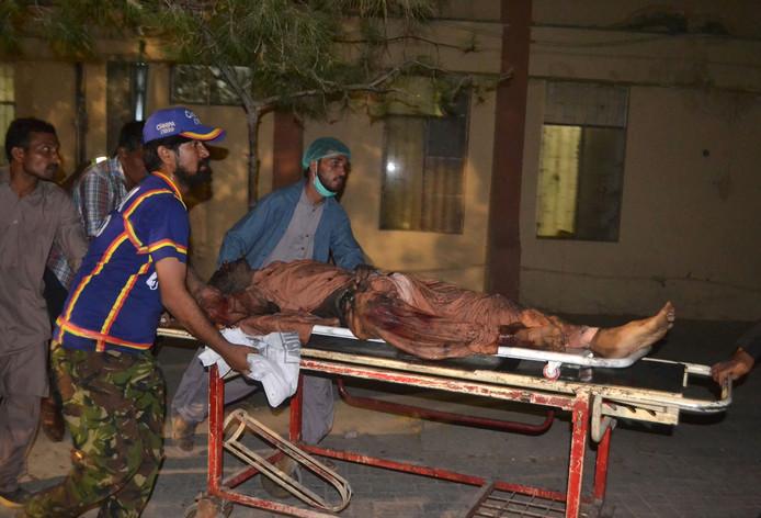 Een slachtoffer wordt naar het ziekenhuis gebracht