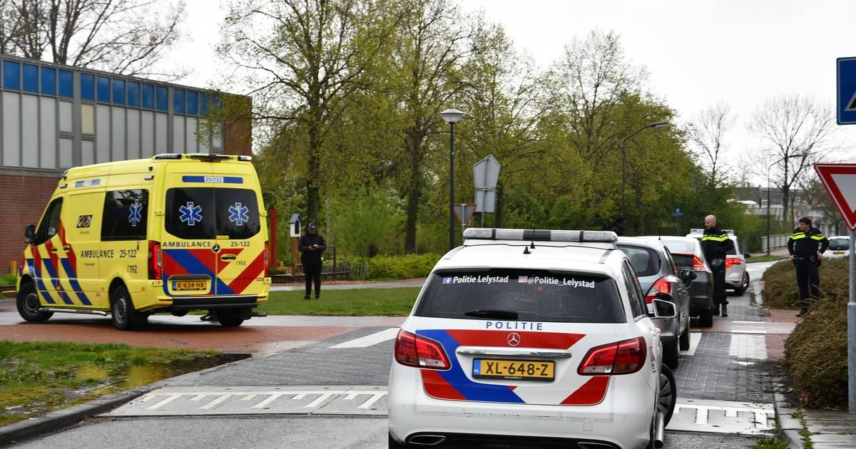 Vrouw op fiets raakt gewond na aanrijding met auto in Lelystad.