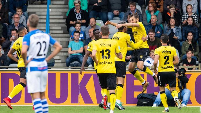 Susic duikt in de armen van Seuntjens. De Bosniër zette VVV al vroeg op voorsprong op De Vijverberg.