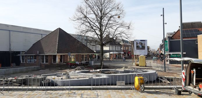 Het Schild in Rijssen met de waterpartij in aanleg en links Lunchroom 't Schild en daarachter het pand dat plaatsmaakt voor een woon/winkelcomplex.