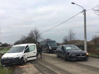 Weg tussen Kortemark en Hooglede tijdlang versperd na botsing tussen twee auto's