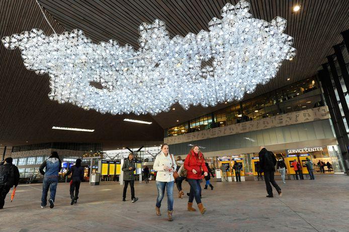 De Wolk van John Körmeling in de hal van het Centraal Station in Rotterdam.