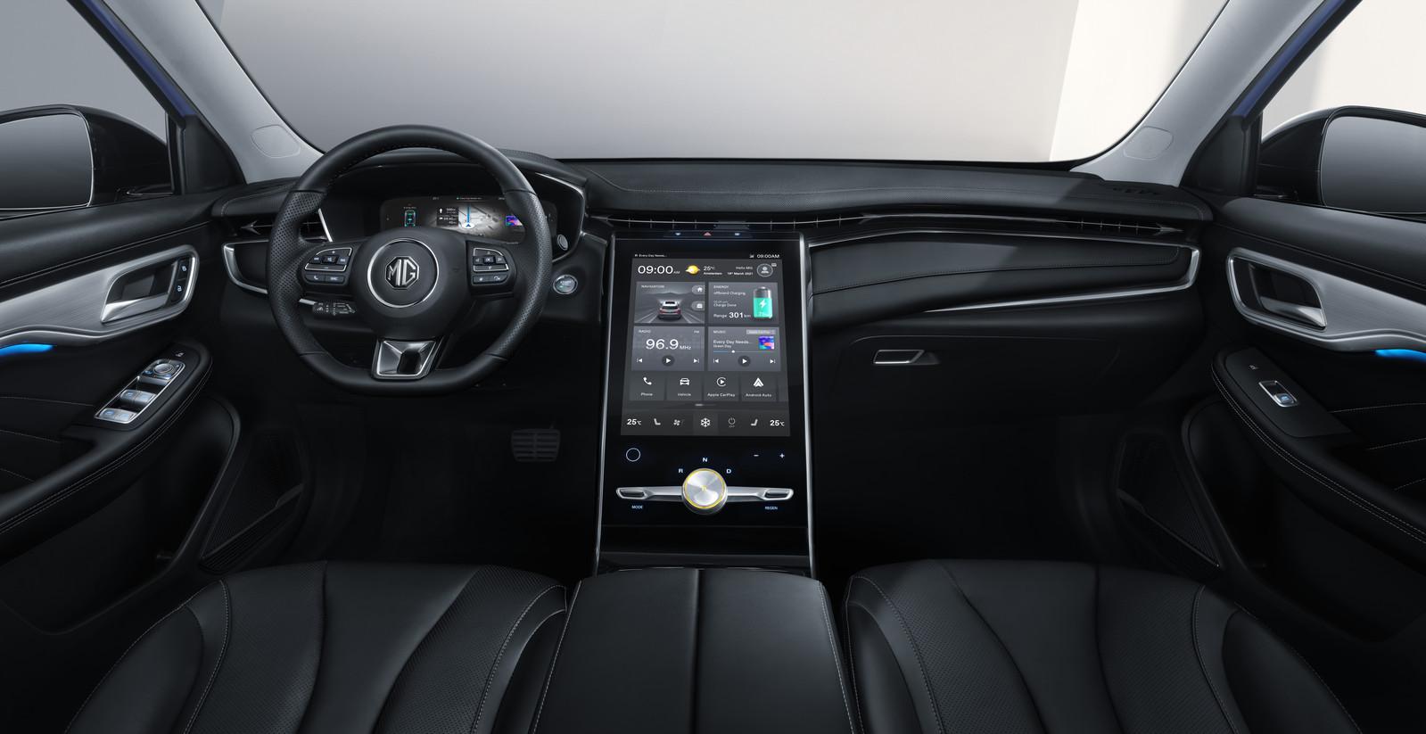 Het interieur van de MG Marvel R, met een enorm aanraakscherm dat zo uit een Tesla Model S lijkt te komen.