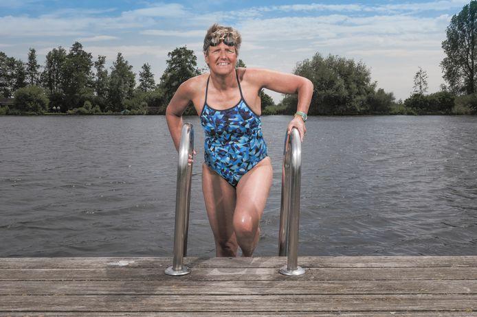 Irene van der Laan neemt vaak een duik in de Wijde AA. De gemeente Kaag en Braassem zoekt mensen die willen helpen bij de realisatie van meer zwemplekken.