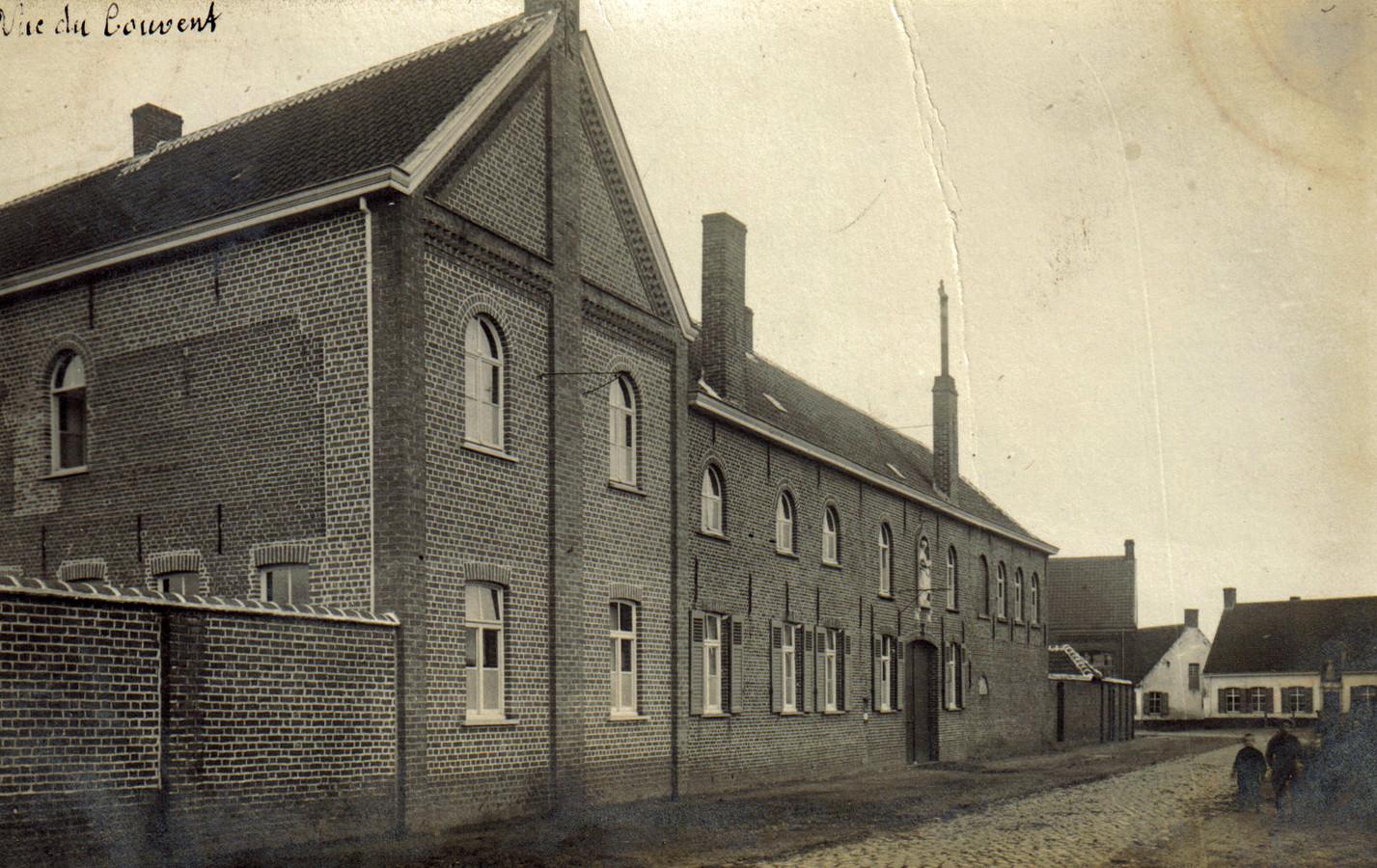 De voorgevel van het Kachtemse klooster in 1907.