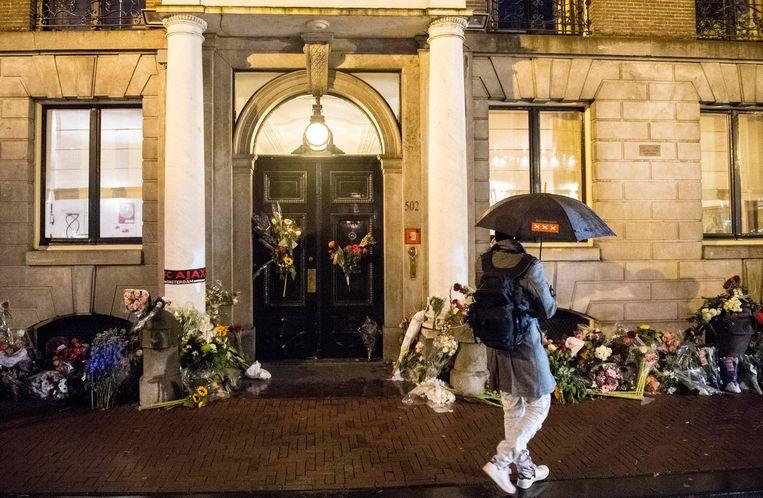 Bloemen bij de ambtswoning na het overlijden van Van der Laan Beeld ANP