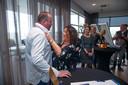 Restaurant Vista heeft nu dan echt officieel een meesterchef: Henrie van der Heijden. Zijn vrouw Ingrid mocht hem de koksbuis en versierselen aanreiken.