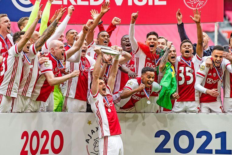 Dusan Tadic houdt de schaal omhoog. Ajax is de kampioen van het seizoen 2020/2021.  Beeld Guus Dubbelman / de Volkskrant