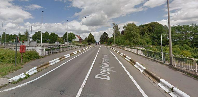 De Doorniksesteenweg, ter hoogte van de brug over de sluis in Bossuit